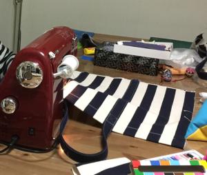 布が何枚も重なるところは、私の腕前ではミシンの針が進まず、吉澤さんの経験をもとに縫い上げていただきました。 持ち手がつくと、だいぶ、「らしく」なってきましたが、やっぱり初挑戦には、ハードルが高かったですね。